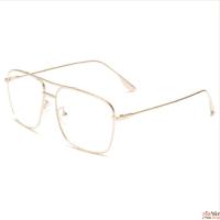 משקפי ראיה עם מסגרת זהב על רקע לבן