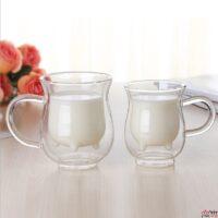 שני כוסות זכוכיות כפולות מלאות בחלב