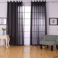 חדר גדול עם וילונות שחורים פרוסים